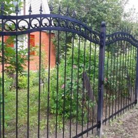 Кованный забор на металлических столбах