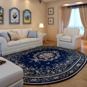 Мягкая мебель в зале с овальным ковром