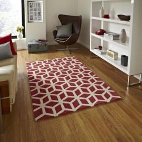 Белый орнамент на красном ковре