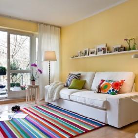 Разноцветные полоске на ковре в зале