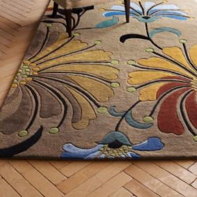 Красивый коврик с выразительным рисунком