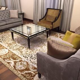 Журнальный столик на ковре в зале