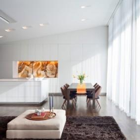 Яркий естественный свет в гостиной современного стиля