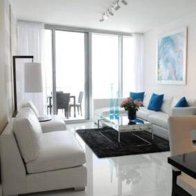 Мягкая мебель в комнате с большим окном
