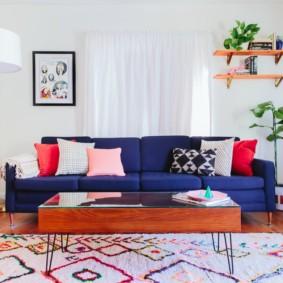 Прямой диван с синей обивкой