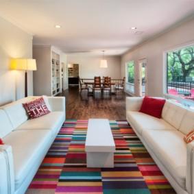 Интерьер современного зала с двумя диванами