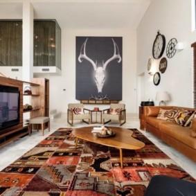 Кожаный диван коричневого цвета
