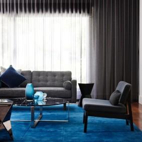 Темно-синий ковер на полу комнаты