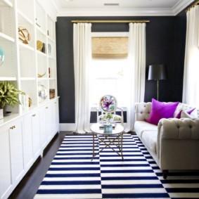 Черные и белые полосы на ковре в зале