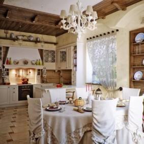 Светлая скатерть на кухонном столе