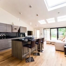Белый потолок кухни гостиной с большими окнами