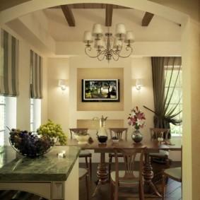 Арочный проем между кухней и гостиной