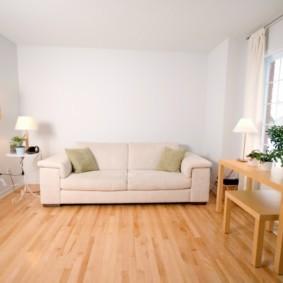 Белый диван в зале квадратной формы