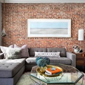 Картина на кирпичной стене гостиной