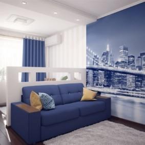 Синий диван перед небольшой перегородкой