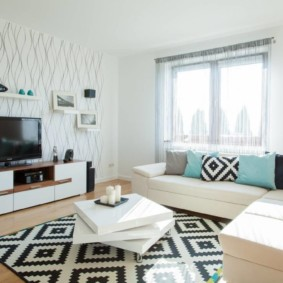 Черно-белый ковер в гостиной современного стиля