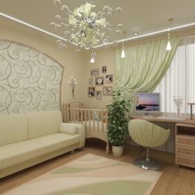 Кроватка для младенца в углу гостиной комнаты