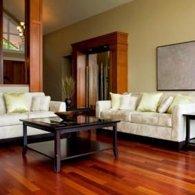 Дизайн зала с диванами светлой расцветки