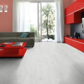 Однотонный линолеум в зале с красной мебелью
