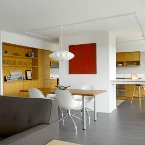 Серое напольное покрытие в кухне-гостиной
