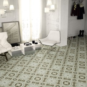 Керамическая мозаика на полу в зале