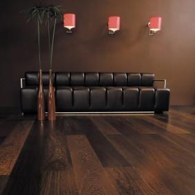 Темно-коричневый диван с кожаной обивкой