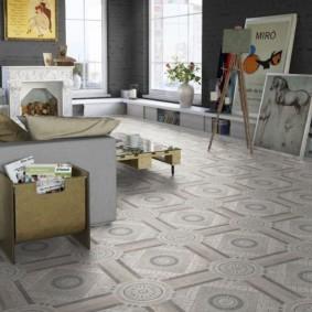 Керамическая плитка на полу комнаты с камином