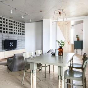 Бетонный потолок в жилой комнате