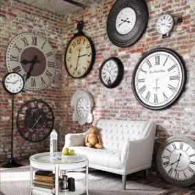 Коллекция старинных часов на кирпичной стене