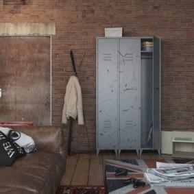 Металлический шкаф в гостиной комнате