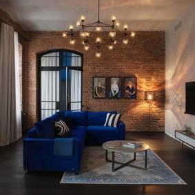 Люстра над синим диваном угловой формы