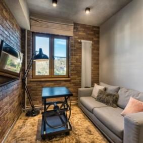 Небольшая гостиная с кирпичной стеной