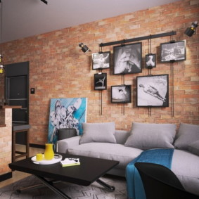 Черно-белые фото над диваном в зале