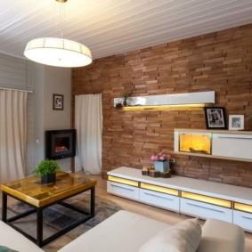 Белая мебель в комнате с кирпичной кладкой