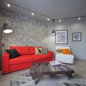 Яркий диван в гостиной комнате
