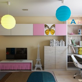 Круглые светильники на потолке детской