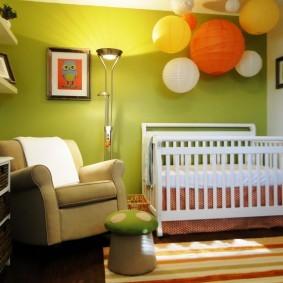 Шарообразные светильники над детской кроваткой