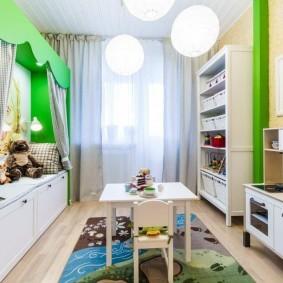 Игровой столик в комнате маленького ребенка