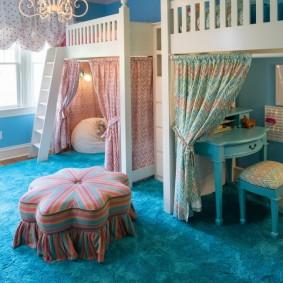 Голубой ковер в комнате мальчика