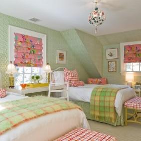 Светло-зеленые стены комнаты в мансарде