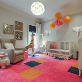 Розовый ковер на полу комнаты девочки