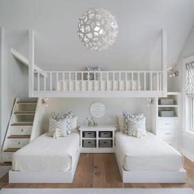 Светлая спальня для троих детей