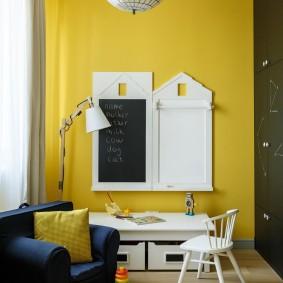 Грифельная доска на желтой стене