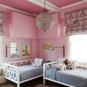Белая балка на розовом потолке