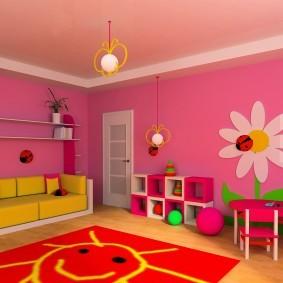 Белая ромашка на розовой стене