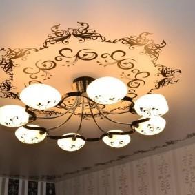 Фотопечать на потолке с горизонтальной люстрой