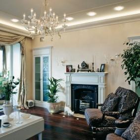 Стеклянная люстра на белом потолке зала