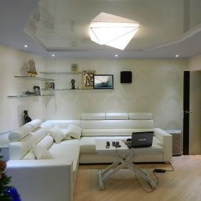 Накладной светодиодный светильник на потолке гостиной