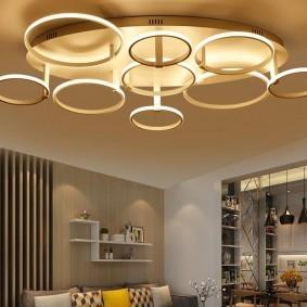 Кольцеобразный светильник в современном зале