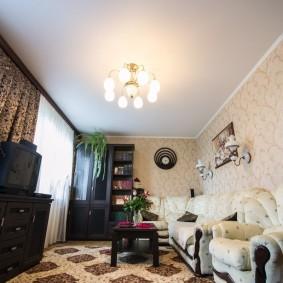 Яркое освещение в гостиной с белым потолком